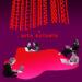 Sur un fond uni mauve foncé, la superposition répétée et ondulée du titre « Atelier wiki » « x » « arts actuels » écrit en rouge occupe la partie supérieure centre du montage graphique. La partie inférieure de l'image est occupée par une masse organique aux tons de rouge et de rose, et autour de laquelle s'imbriquent sur ses creux cinq individus travaillant sur des ordinateurs portables. Grossièrement découpés de photos en noir et blanc, le montage graphique de ces mêmes individus donne un effet de collage.